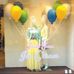 Décor de vitrine avec des ballons en PVC thermoformé