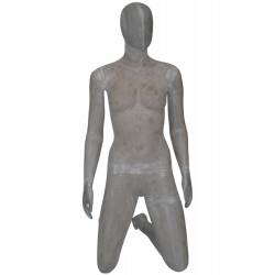 Mannequin femme à genou en colis béton